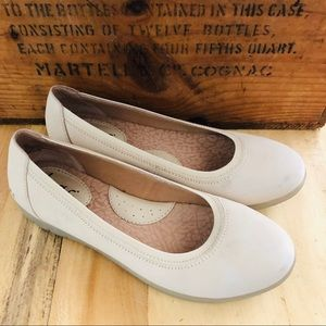 Born BOC Ivory White Flats Slip On Shoes 6
